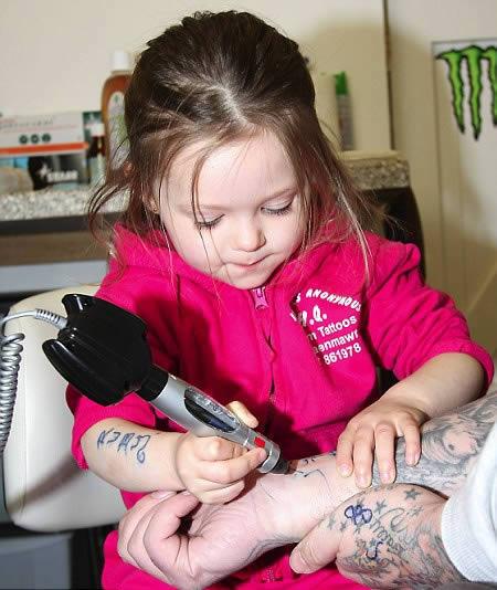 Самая юная татуировщица