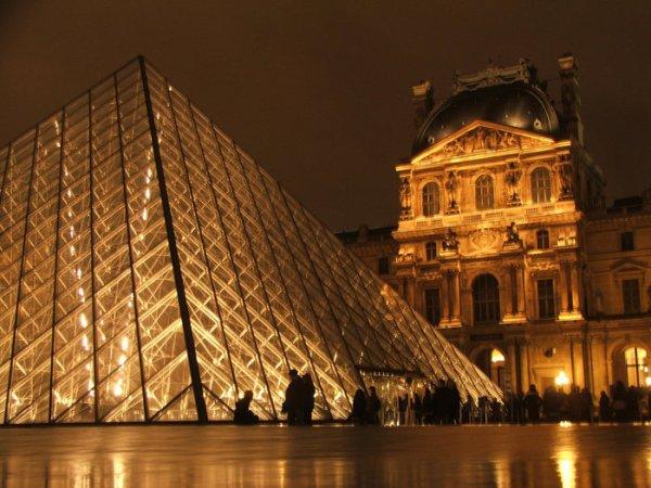 пирамида Большого Лувра ночью