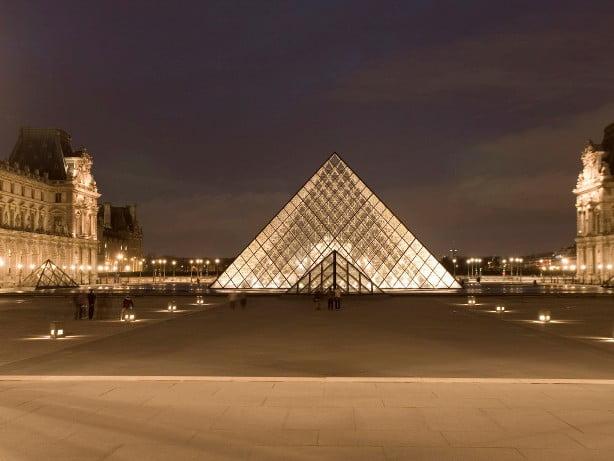 пирамида Большого Лувра