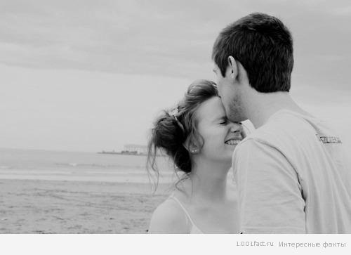 Если мужчина целует волосы и шею