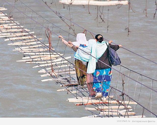 местные жители на мосту