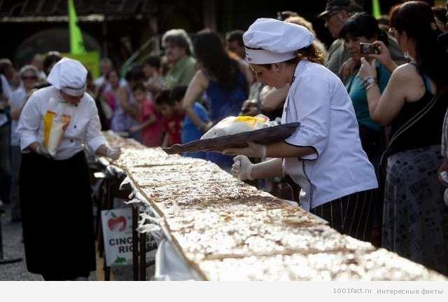 длинный пирог  с яблоками