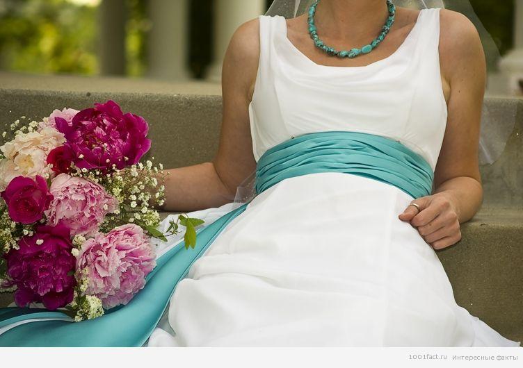 голубое на свадебном платье