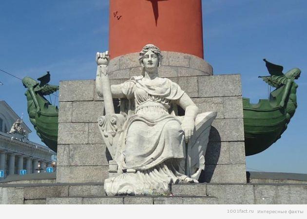у подножия колонны скульптура